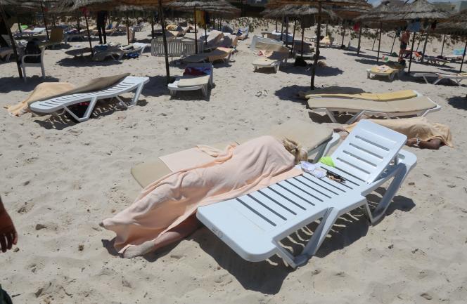 Sur la plage tunisenne de Sousse après l'attentat perpétré le 26 juin 2015, et revendiqué par l'Eat islamique qui a tué 38 personnes, en majorité des touristes.