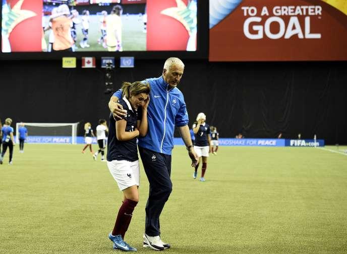 Claire Lavogez, en pleurs après son tir au but manqué contre l'Allemagne, consolée par le sélectionneur Philippe Bergeroo vendredi 26 juin à Montréal.