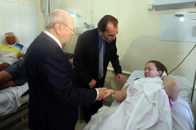 Le président tunisien, Béji Caïd Essebsi, au chevet d'une blessée, le 26 juin à l'hôpital de Sousse.