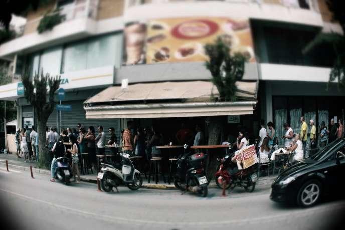 Des dizaines de Grecs font la queue devant un distributeur de billets à Kalamata, dans le sud du Péloponnèse, le 28 juin.