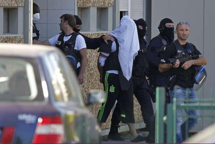 Les policiers antiterroristes se sont rendus avec le suspect de l'attentat en Isère, Yassin Salhi, à son domicile dimanche après-midi à Saint-Priest, près de Lyon,