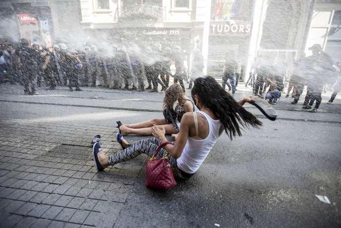 La police a utilisé des canons à eau contre les manifestants de la Gay Pride d'Instabul, dimanche 28 juin.