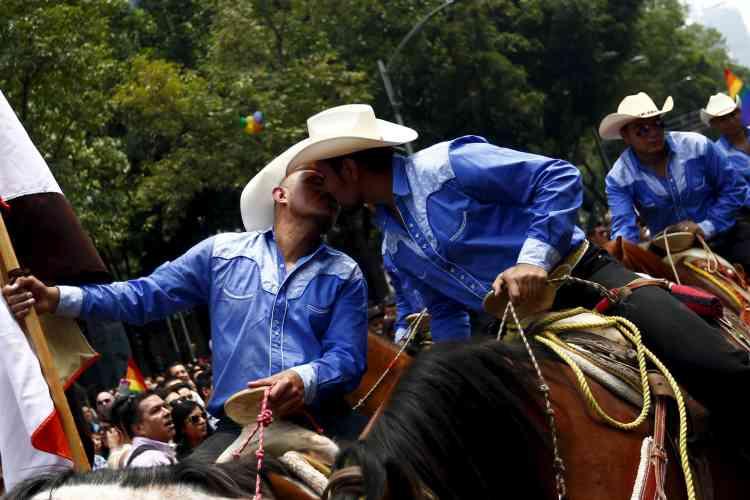 """A Mexico, 5 000 personnes ont manifesté dans une ambiance festive, exigeant """"les mêmes droits pour les lesbiennes et les homosexuels"""". La capitale mexicaine a été la première ville d'Amérique latine à autoriser les unions légales entre personnes du même sexe, en 2007, un premier pas avant l'adoption du mariage homosexuel en 2010."""