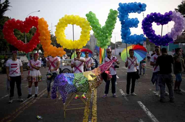 L'Amérique latine n'était pas en reste. Les couleurs du drapeau arc-en-ciel, symbole de la cause LGBT, ornaient également Lima, la capitale du Pérou, samedi.