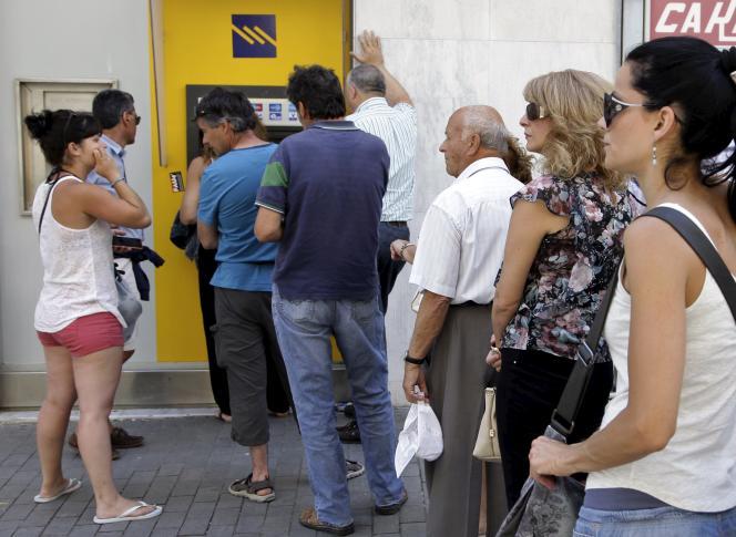 Attente devant un distributeur de billets en Crète dimanche 28 juin.