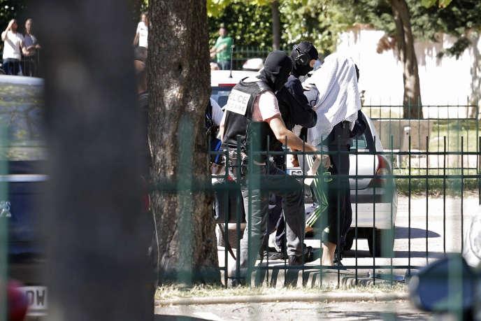 Yassine Salhi escorté par la police, dimanche, près de son domicile à Saint-Priest.