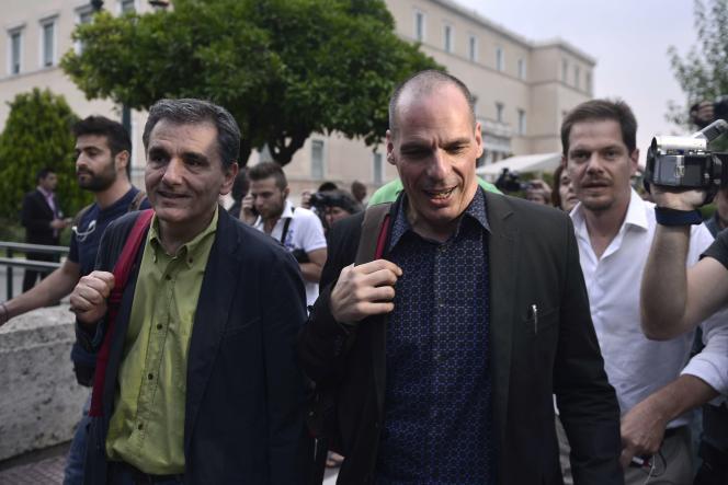 Euclide Tsakalotos (gauche) et Yanis Varoufakis (droite), le 28 juin 2015 à Athènes.