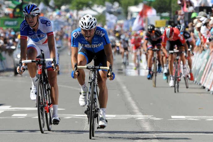 Steven Tronet (Auber 93) devance Anthony Roux (FDJ), finalement déclassé, à l'arrivée du championnat de France à Chantonnay (Vendée), le 29 juin 2015.