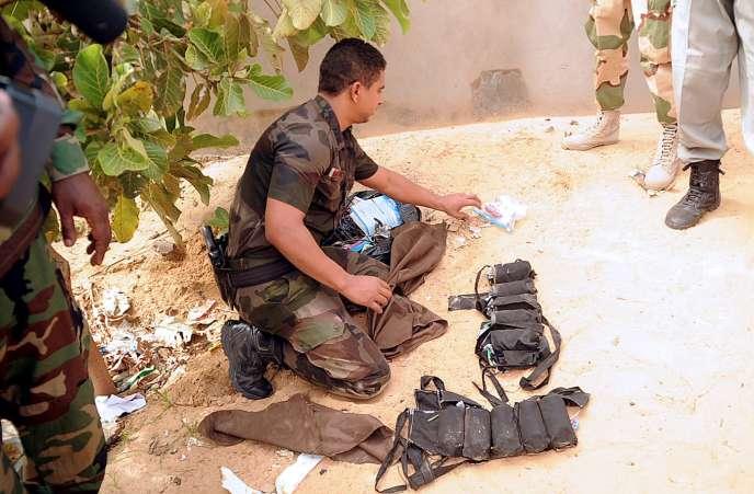 Un expert en explosifs analyse les lieux de l'explosion ayant entraîné la mort de cinq policiers tchadiens lors d'une opération antiterroriste le 29 juin 2015.