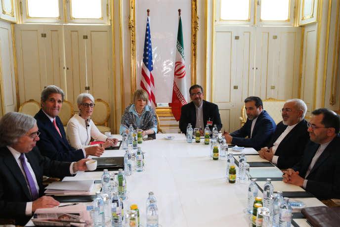 Le secrétaire d'Etat américain, John Kerry (le deuxième à partir de la gauche), face à son homologue iranien, Mohammad Javad Zarif, à Vienne, le 28 juin.