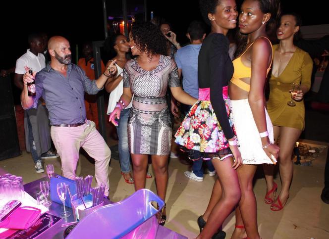 Une soirée au Chill Out Club de Luanda, en Angola, où les expatriés se mélangent aux élites locales. Une bouteille de champagne y coûte jusqu'à 2500 dollars.