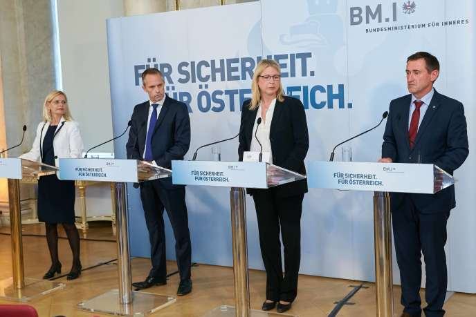 Des représentants du JIT «Mozart», Joint Investigation Team d'Europol et d'Eurojust, lors de la conférence annonçant le démantèlement d'un important groupe de cybercriminels ukrainiens.