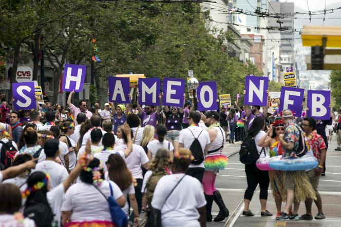 Des participants à la Gay Pride de San Francisco, dimanche 28 juin, protestent contre la politique des vrais noms sur Facebook.