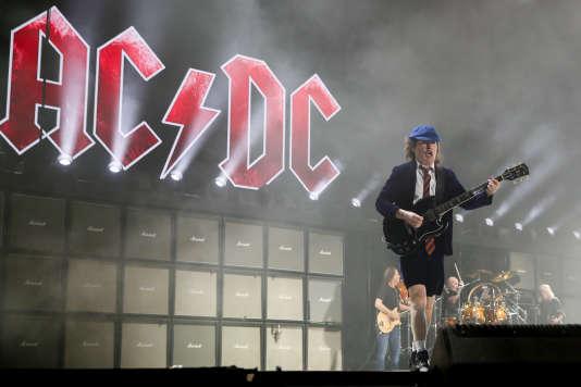 AC/DC et son guitariste Angus Young en concert au festival Coachella d'Indio, en Californie, en avril 2015.