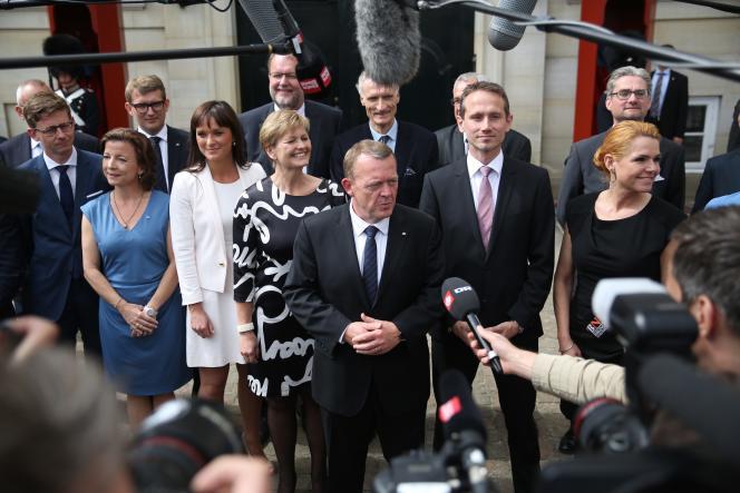 Lars Lokke Rasmussen (au centre) présente son gouvernement à Copenhague, le 28 juin.