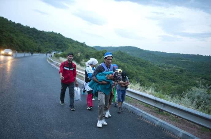Des migrants sur une route près de Veles, en Macédoine, le 15 juin.