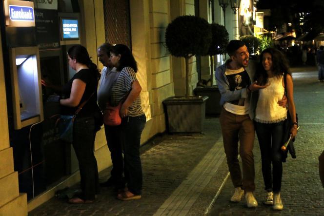 Le premier ministre grec, Alexis Tsipras, a annoncé, dimanche soir, la fermeture des banques et l'instauration d'un contrôle des capitaux pour enrayer la fuite des dépôts.