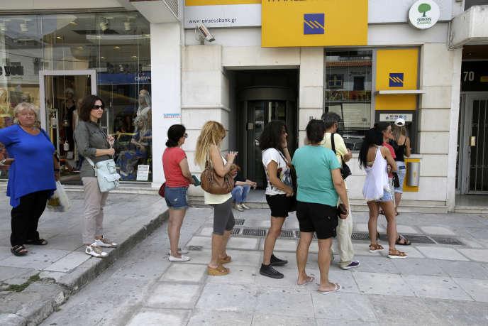 Les conditions économiques légitimant l'instauration de la monnaie unique étaient alors loin d'être réunies : l'Europe n'était pas une zone monétaire optimale et le problème était beaucoup plus aigu pour la Grèce (photo: à un distributeur, au Pirée, le 29 juin).