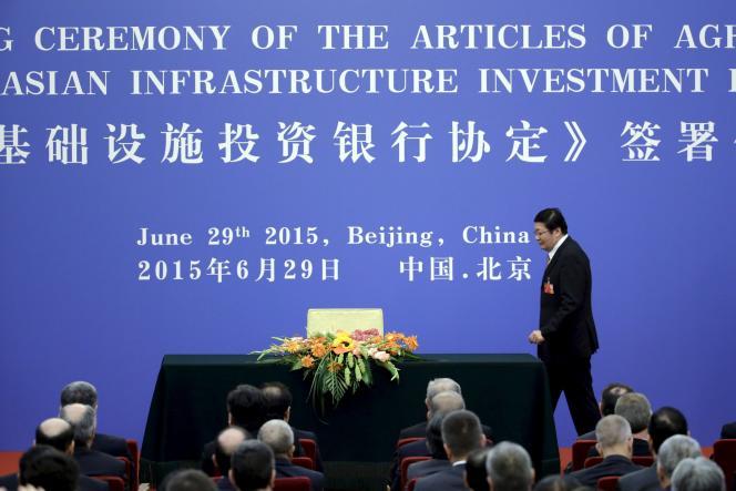 Le ministre des finances chinois le 29 juin à Pékin, lors de la signature des statuts de la BAII.