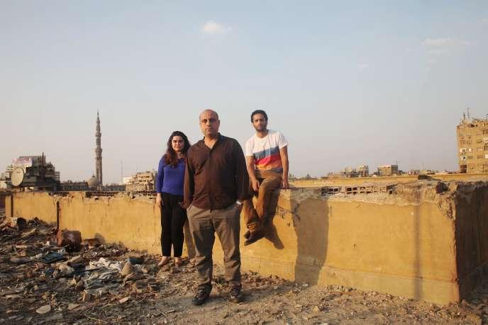Ahmed El Attar (au centre) et les acteurs Mohamed Hatem et Nanda Mohammad, au Caire, le jeudi 25 juin.
