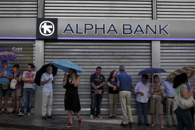 Après l'annonce de la mise en place de mesures de contrôles des capitaux, ainsi qu'une fermeture des banques jusqu'au 7 juillet, les Grecs se précipitent aux guichets des banques qui ferment les uns après les autres.