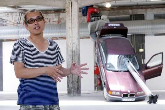 L'artiste japonais Taturo Atzu, ex-Tatzu Nishi, dans son exposition à la HAB Galerie.