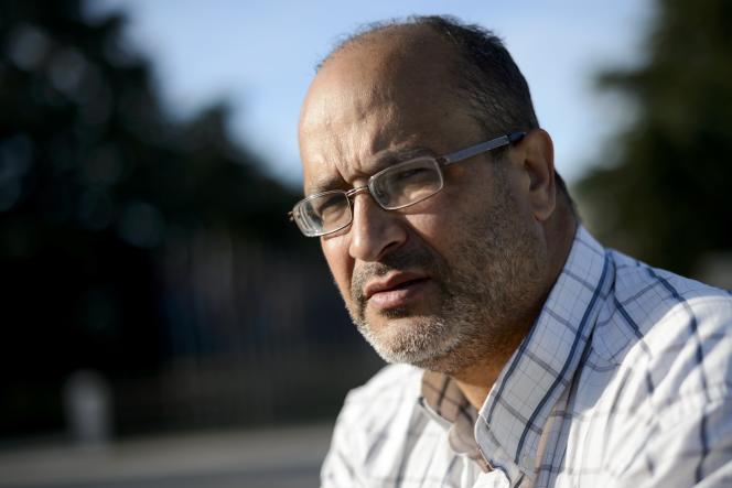 Journaliste satirique français - marocain, Ali Lmrabet pose le 29 Juin 2015 à l'extérieur des bureaux des Nations Unies à Genève . Lmrabet a entamé une grève de la faim depuis le 24 Juin sur la Place des Nations à Genève pour protester contre le refus de ses autorités du pays pour renouveler ses papiers d'identité, et l'espoir d'obtenir l'aide de l'ONU.  AFP PHOTO / FABRICE COFFRINI