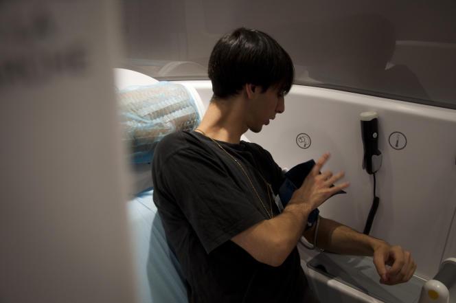 Antoine Goupille, membre du projet du centre Michel Serres,  montre le fonctionnement de la cabine au cœur du nouveau parcours de soin.