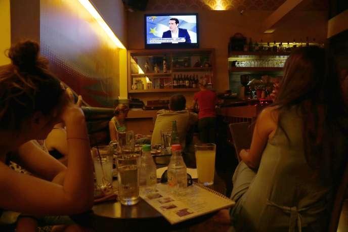 Dans un café d'Athènes durant l'intervention télévisée d'Alexis Tsipras le 29 juin 2015.