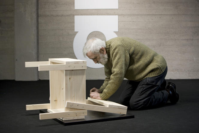 Enzo Mari, en 2010, réalisant une chaise dont il a livré les plans au public, en 1974.