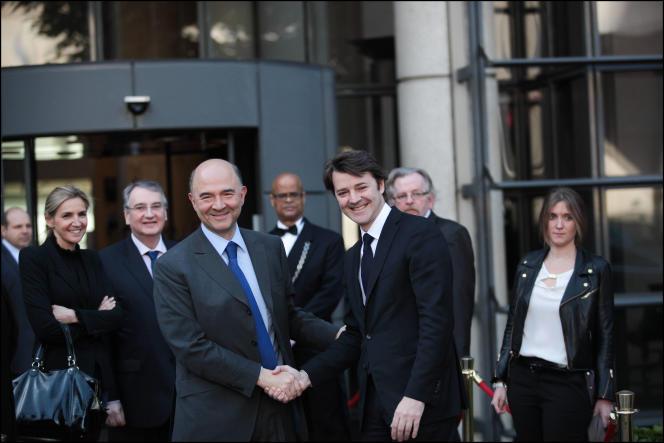 Les communications de François Baroin et Pierre Moscovici, ici, lors de la passation de pouvoir le 17 mai 2012, au ministère de l'économie, ont été surveillées par la NSA.