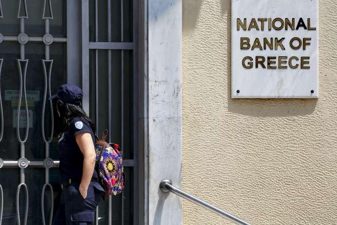 Quel que soit le verdict du référendum, les Grecs ne peuvent échapper à la réalité financière, qui doit les conduire à dégager un excédent budgétaire primaire modéré. Devant un établissement de la Banque nationale de Grèce, le 30 juin.