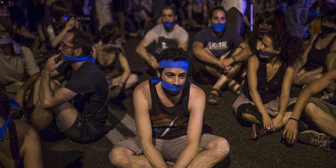 Quelque deux mille personnes ont manifesté, mardi 30 juin, à Madrid contre l'entrée en vigueur d'une loi très controversée qui encadre le droit de manifester.