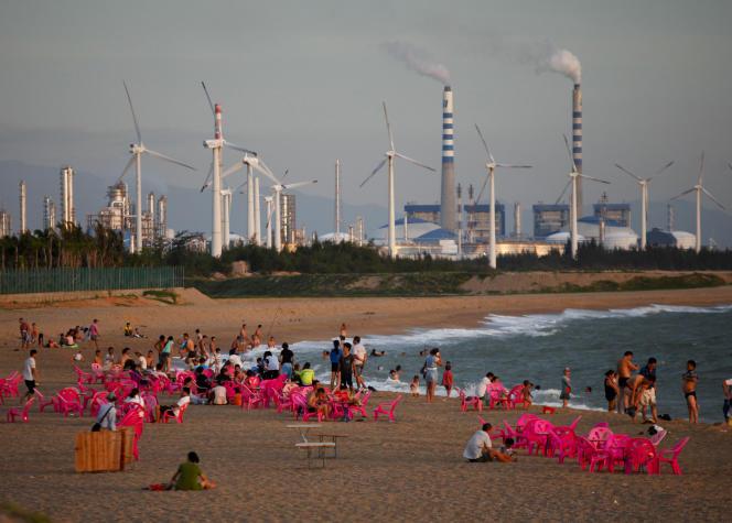 Des éoliennes et une centrale électrique à Dongfang, province du Hainan en Chine le 18 juin 2014.