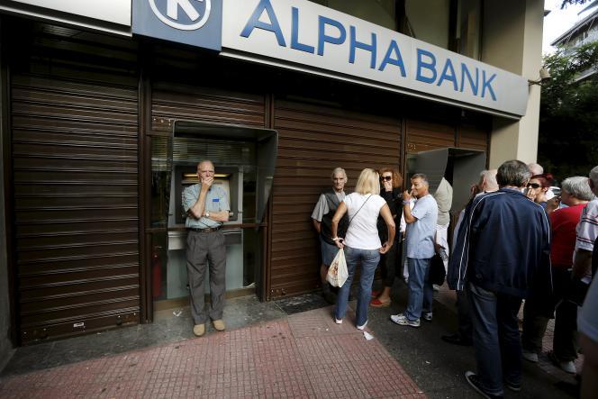 Devant une agence bancaire grecque, à Athènes, mercredi 1er juillet.