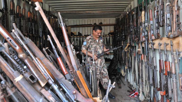 Un soldat de l'Opération des Nations unies en Côte d'Ivoire à Abidjan, en 2012, dans un lieu où sont gardées des armes saisies pendant la crise post-électorale.