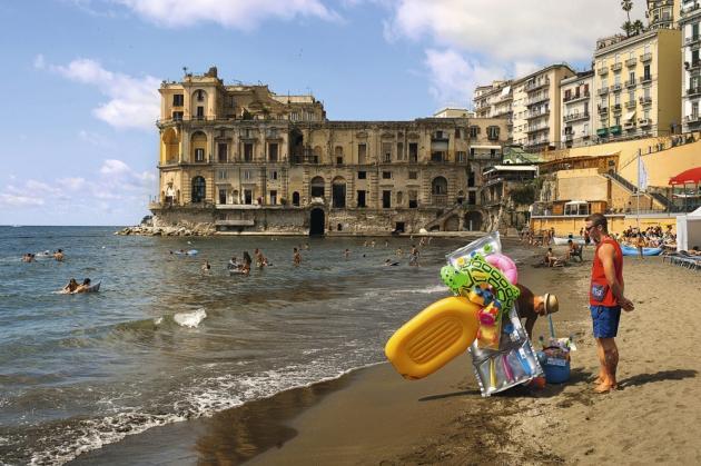 Construit par Cosimo Fanzago en 1640, le palais Donn'Anna, l'un des plus célèbres de Naples, n'a jamais été achevé.