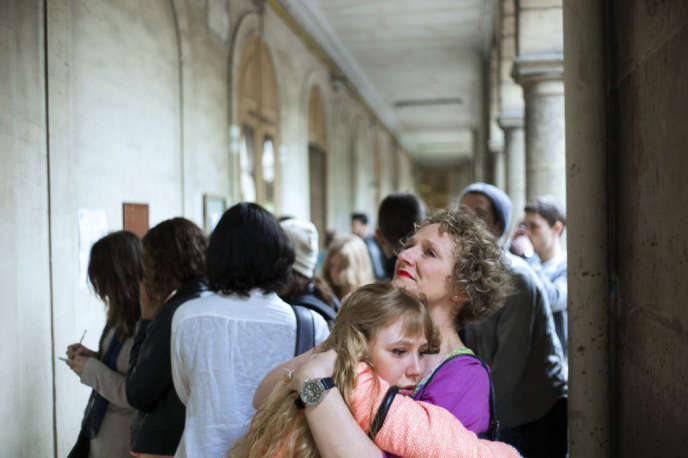 Juste après l'affichage des résultats du baccalauréat au lycée Arago, à Paris, le 5 juillet 2013.