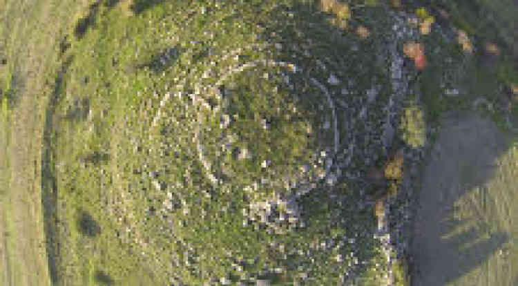 Nuraghe Pranu et Mendula Gesturi, 402 mètres d'altitude. Le dessin de la tour centrale est très visible. Le reste du complexe fortifié, en pierres basaltiques ajustées à vif, est enterré.