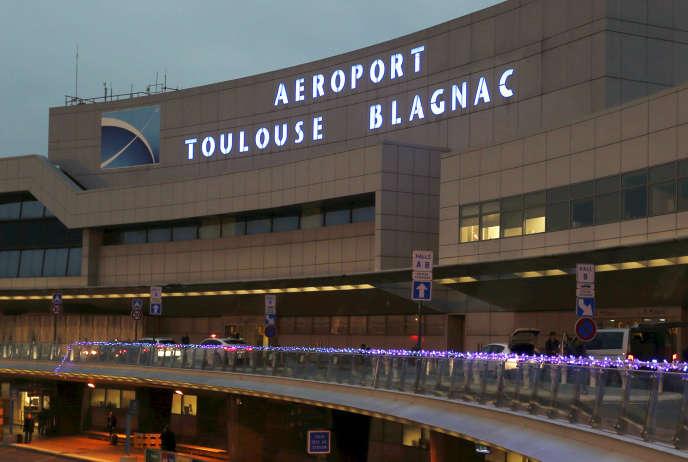 L'Etat avait officialisé la vente de 49,99 % de ses parts dans Aéroport de Toulouse-Blagnac à un consortium chinois le 4 décembre 2014.