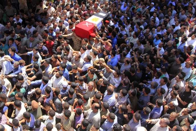 Funérailles d'un officier égyptien tué lors d'affrontements avec l'EI dans le Sinaï, à Ashmoun (delta du Nil), le 2 juin 2015