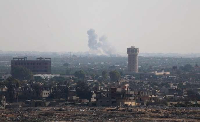 De la fumée s'élève dans le nord du Sinaï, en Egypte, vu depuis la frontière avec la bande de Gaza, le 1er juillet.