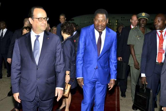 François Hollande accueilli par le président béninois, Thomas Boni Yayi, à son arrivée à Cotonou, dans la nuit de mercredi 1er à jeudi 2 juillet.