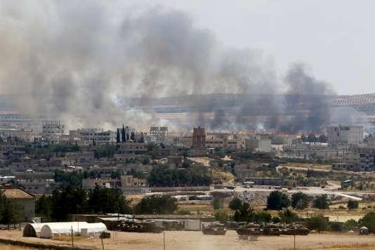Kobané, en Syrie, vue de Suruç, en Turquie, en juin2015.