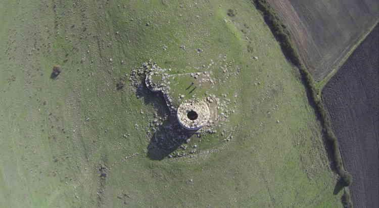 Nuraghe Millanu, 369 mètres d'altitude, près du bourg de Nuragas. Le premier donjon a été attaqué par son flanc sud-ouest, mais reste debout. Des quatre tours adjacentes, trois ont subi les plus grands dommages.