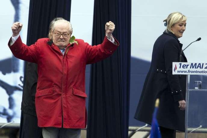 Jean-Marie Le Pen devant sa fille Marine lors du rassemblement du Front national, le 1er mai.