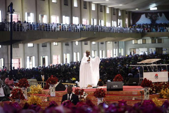 Le prêcheur nigérian David Oyedepo , dans une église d'Ota, dans l'Etat d'Ogun, le 28 septembre 2014.