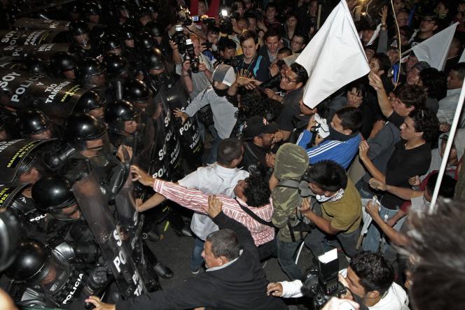 Heurts entre policiers et opposants au président Rafael Correa, à Quito, le 2 juillet.