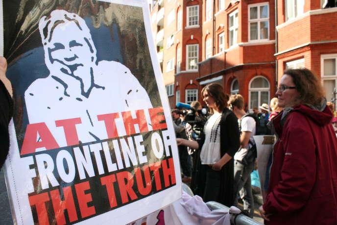 Manifestation de soutien à Julian Assange, devant l'ambassade d'Equateur, à Londres, le 19juin.