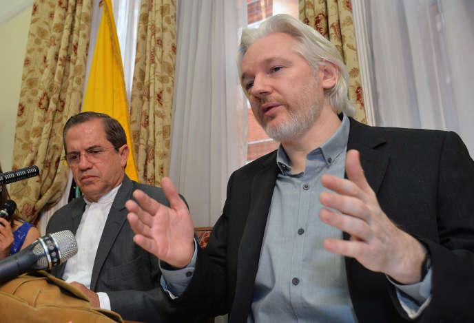 Julian Assange et le ministre des affaires étrangères de l'Equateur, Ricardo Patino, en août 2014.
